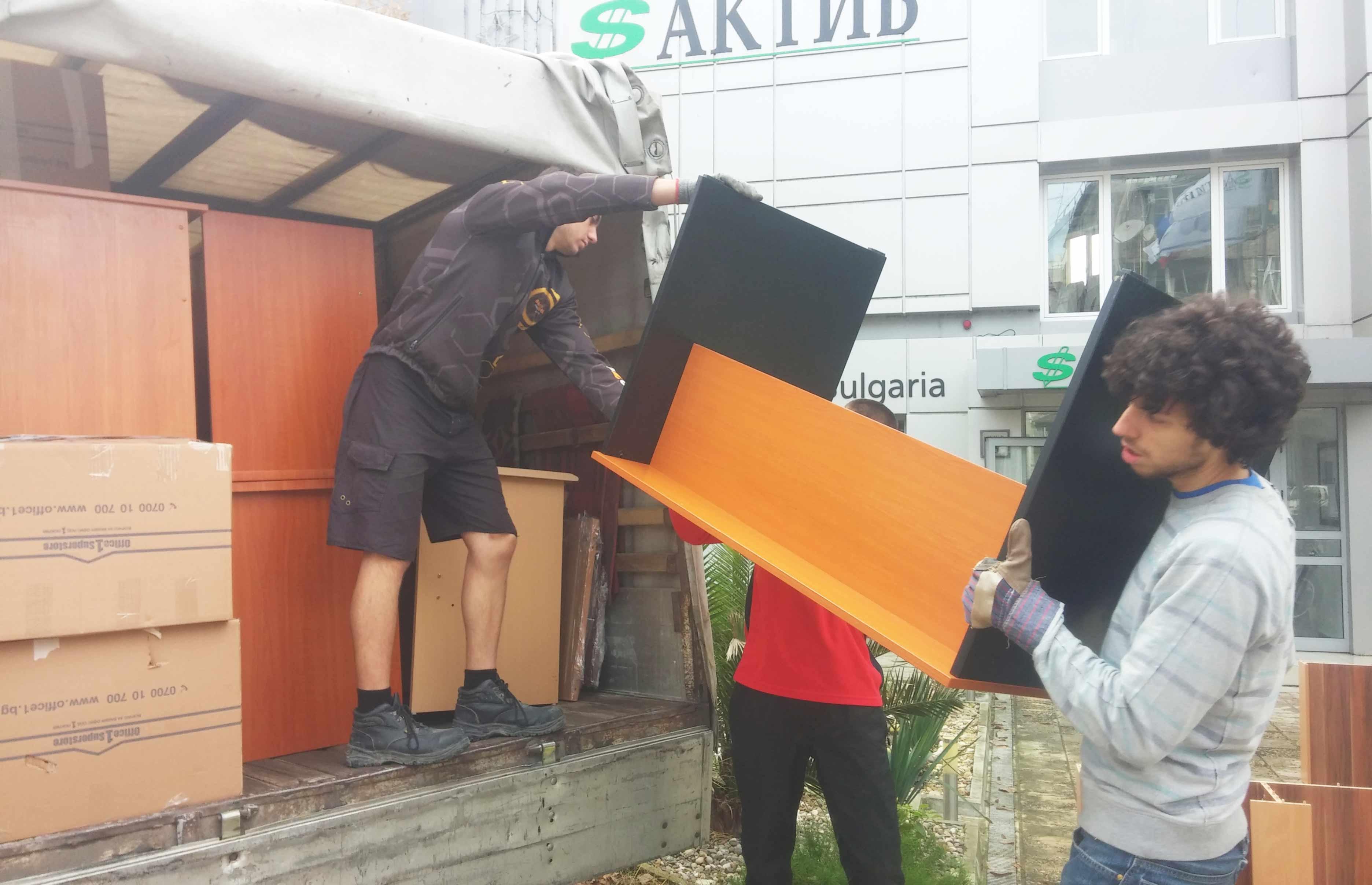 Разтоварване на мебели от бус