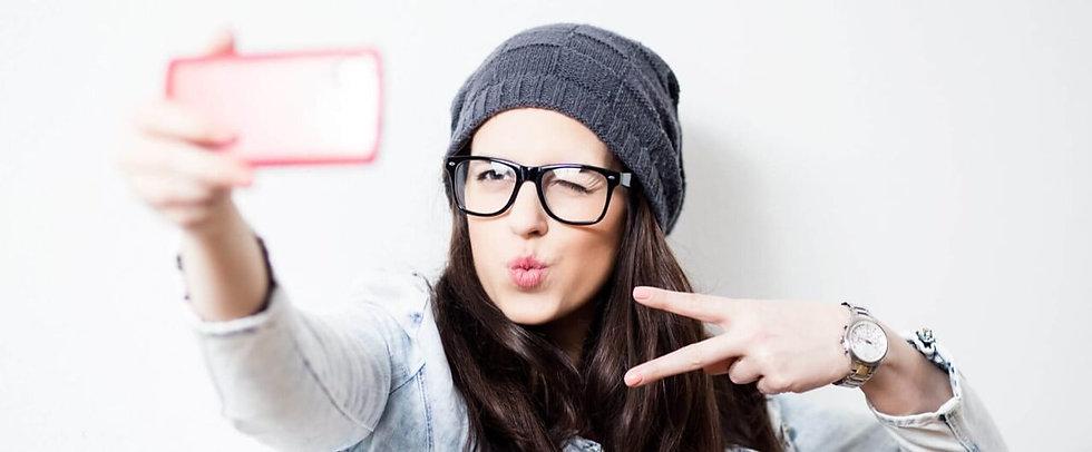 chica tomandose un selfie.jpg