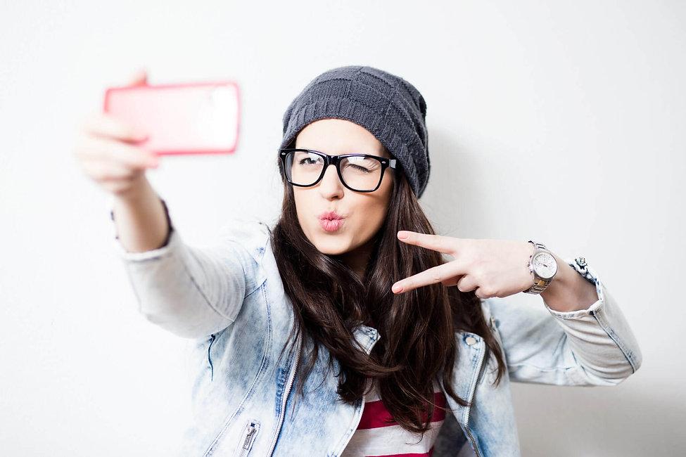 chica tomandose una selfie.jpg