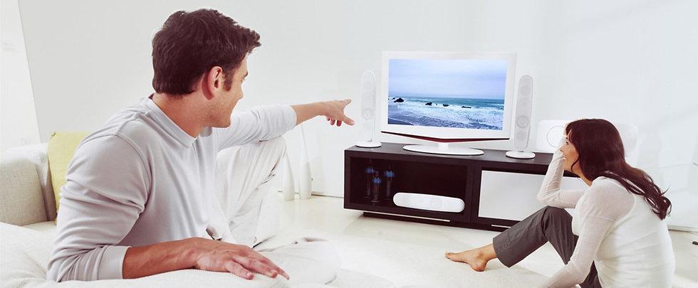 pareja de personas viendo television.jpg