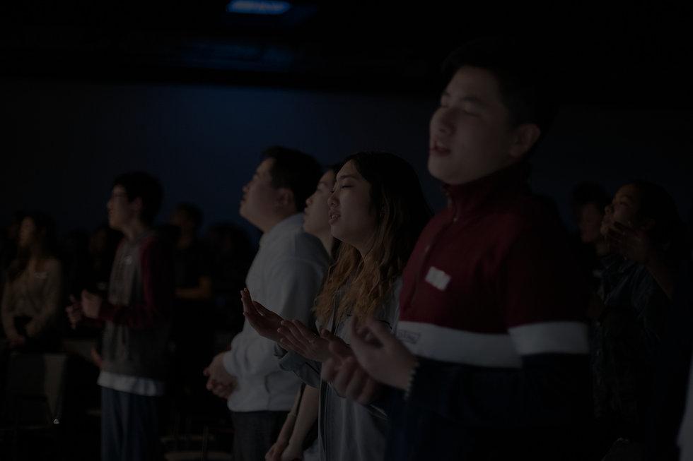 4 students praying