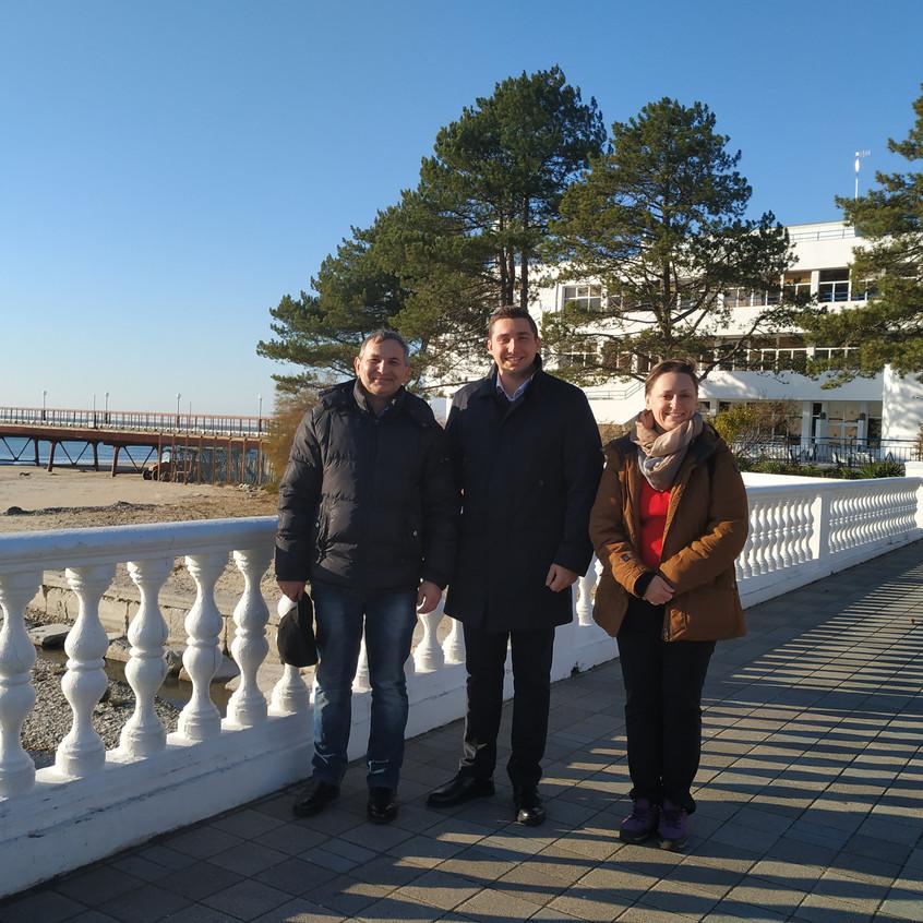 С директором лагеря Штормовой