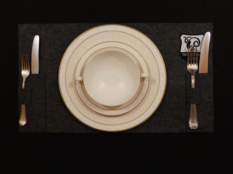 Tischset_mit_beidseitig_aufgenähter_Bestecktasche.jpeg