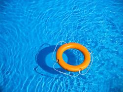 salvavidas y piscinero