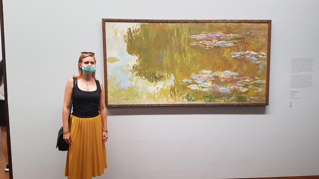 Monet festménye előtt maszkban