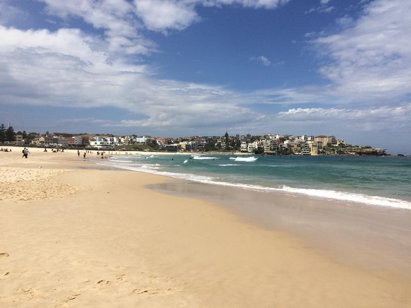 A híres Bondi beach, szörfösök, Sydney