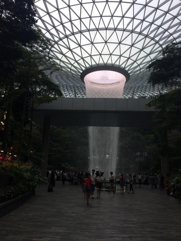 Vízesés a Changi repülőtéren