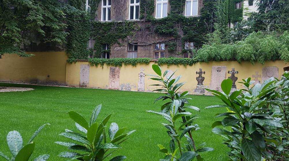 Szent György szerb templom, belső kert, síremlékek