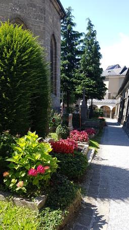 Rendezett tér és virágok, temető, Salzburg
