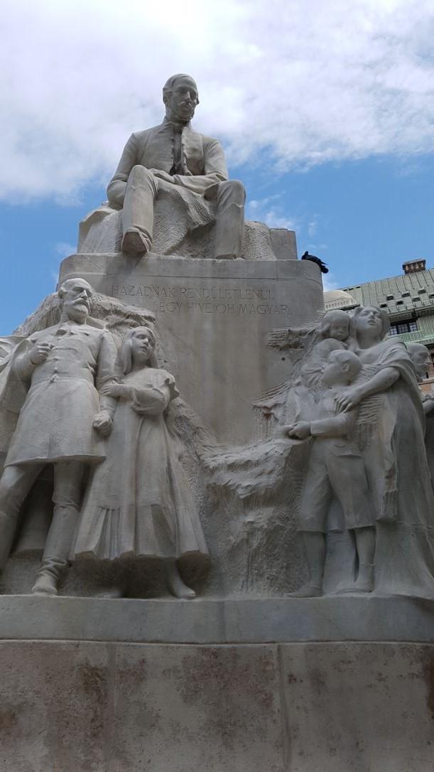 A szürke pont a máriás pengő, Vörösmarty tér, Budapest