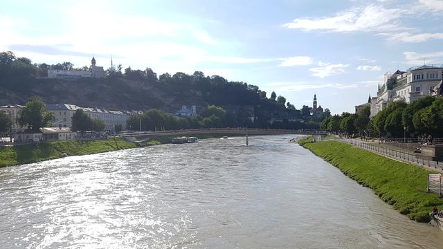 Salzach folyó szeli ketté Salzburg városát