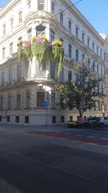 épület virágokkal Bécsben