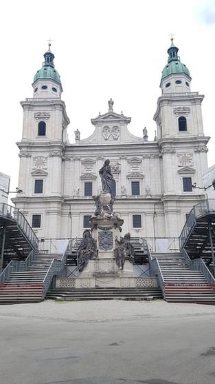 Salzburg Dóm bejárata előtt