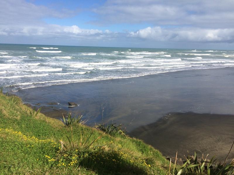 Muriway Beach, a fekete homokos óceánpart