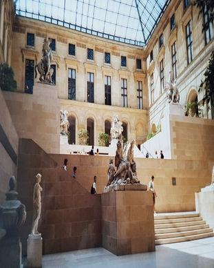 louvre_muzeum_parizs.jpg