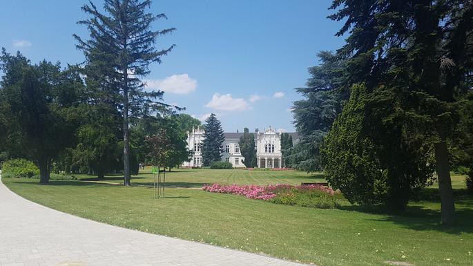 Brunszvik-kastély és előkertje