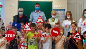 В детских садах Подмосковья автоинспекторы и волонтеры проводят для детей тематические мастер-классы