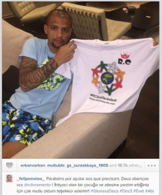 """Felipe Melo, atleta do Galatasaray da Turquia, exibe com orgulho a camiseta do RC Livramento e envia recado através de seu instagram: """"Parabéns por ajudar aos que precisam, Deus abençoe vocês!"""""""