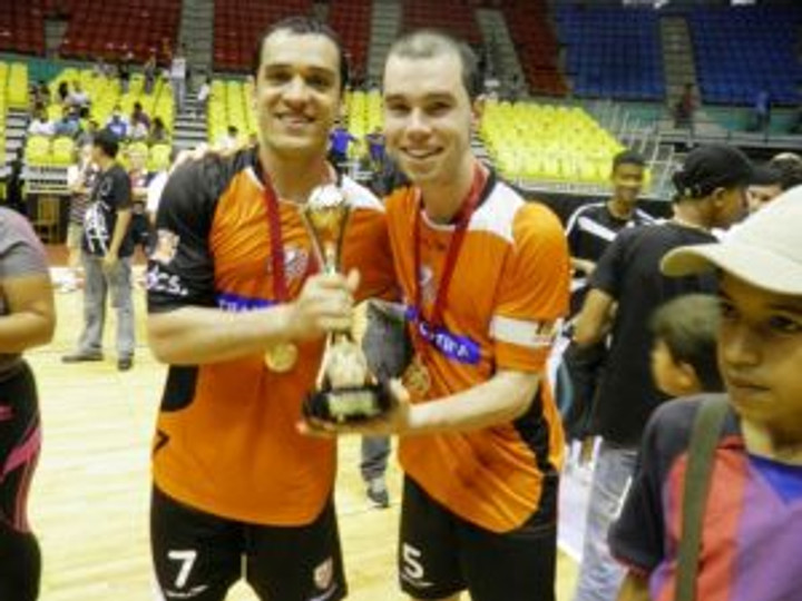 Carlinhos e Flávio comemorando mais um título pela ACBF