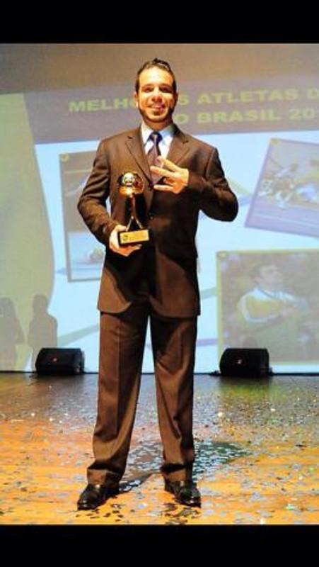 Gian recebendo o prêmio de Melhor Goleiro da Liga Futsal 2013