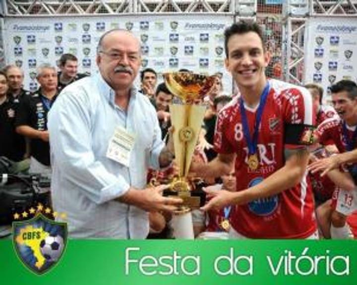 Grillo recebendo o Troféu de Campeão da Taça Brasil 2013