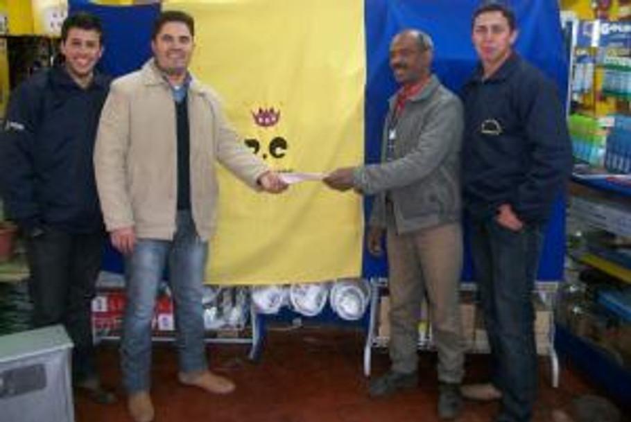 Vencedor da Promoção juntamente com o Proprietário e Funcionários da Casa das Lâmpadas