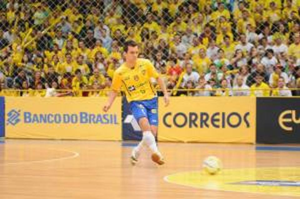 Grillo defendendo a Seleção Brasileira de Futsal