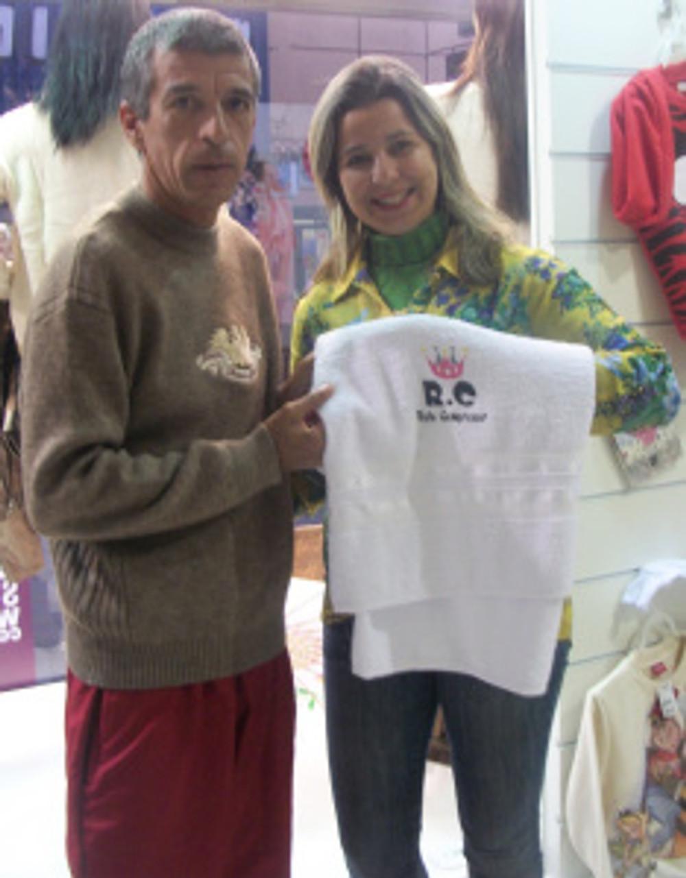 Lisiane foi a Vencedora da Promoção, a toalha foi entregue por um dos responsáveis do RC, Cleito