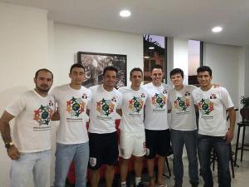 Falcão, Rodrigo e Ricardinho do Futsal Brasil Kirin vestindo a camiseta do RC Livramento