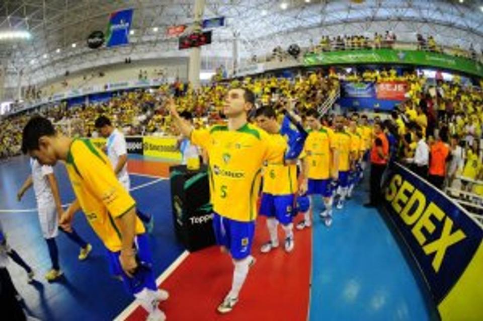 Carlinhos defendendo a Seleção Brasileira de Futsal