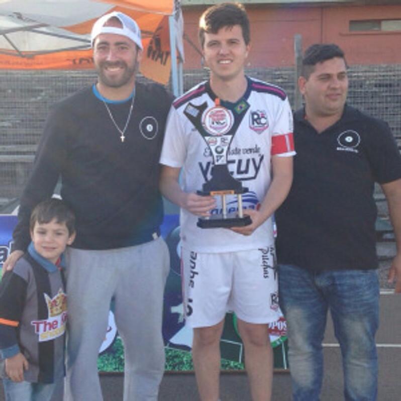 Capitão Mauricio recebendo o troféu de Campeão