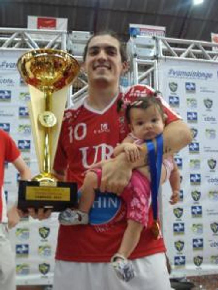 Hector com o Troféu da Taça Brasil 2013