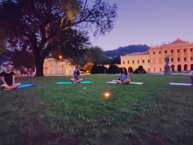 Yoga di sera a villa Olmo
