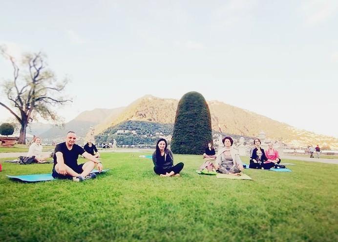 Yoga sul prato davanti al lago