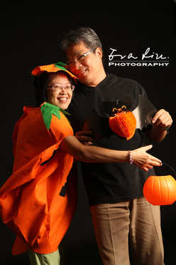 dad holding mom in pumpkin costume