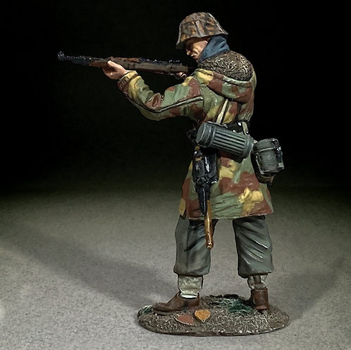 25129 - Waffen SS in Italian Camo Standing Firing K-98