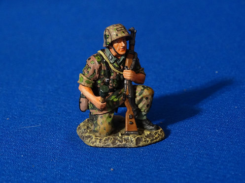 MI-979 - Young Soldier, Kneeling Grenadier (WS168) - WWII  - King and Country