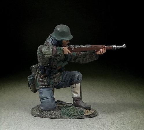 25116 - German Grenadier Kneeling in Parka Firing K98, 1943-45