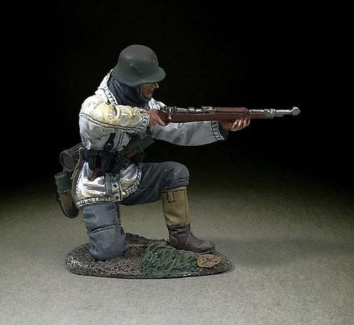 25115 - German Grenadier Kneeling in White Parka, Firing K98, 1943-45