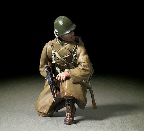 25124 - U.S. 101st Airborne in Greatcoat Kneeling with Thompson, Winter