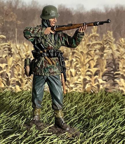 25121 - German Grenadier in Parka Standing Firing K98, 1943-45