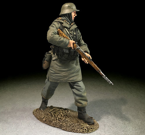 25071 - Waffen SS Rifleman in Kharkov Parka Advancing with Caution