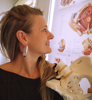 Psykomotorisk terapeut Helene Dorf. Yoga i Randers. Bækkenbund. Sunde fødder. Åndedræt.