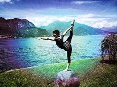 Aya Jäger in Standing Bow Pose vor dem Lago Comer