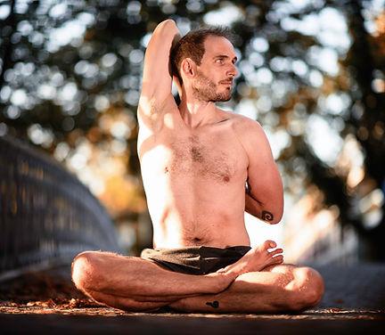 Yogalehrer Steve in Seated Twist