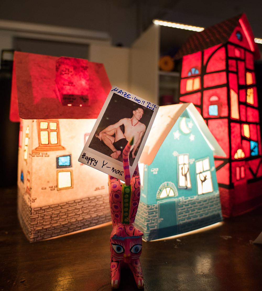 Matze's 100 Tage Yoga Polaroid vor unserer Weihnachtsdeko