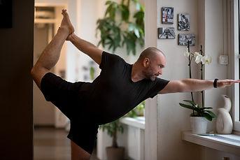 Christoph Jäger mit anderen Yogis beim Hot Yoga in Standing Head To Knee