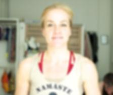 Maria Steffen im Namaste Bitches T-Shirt im Foyer unseres Hot Yoga Köln Studios