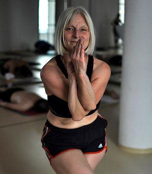 Sabine übt Eagle Pose, Garurasana in unserem Yogastudio in Köln