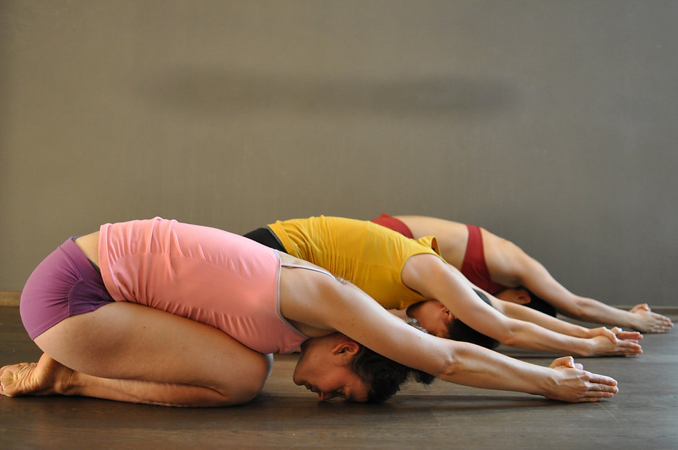 Ardha Kurmasana Pose im Yogastudio